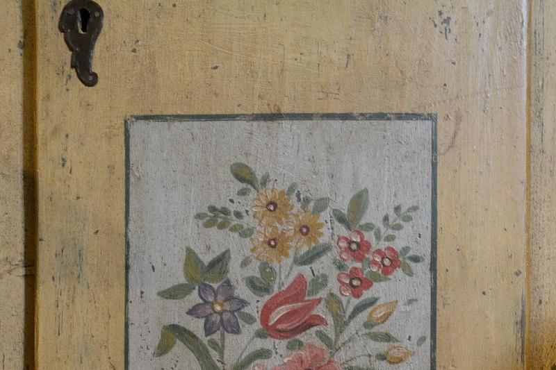 armadio-a-colonna-anta-in-abete-dipinto-2,2809.jpg?WebbinsCacheCounter=1-antiquastyle